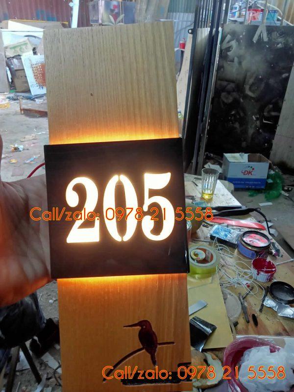 Làm biển số phòng gỗ hắt sáng led