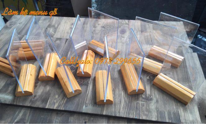 kệ menu gỗ kết hợp mica trong suốt
